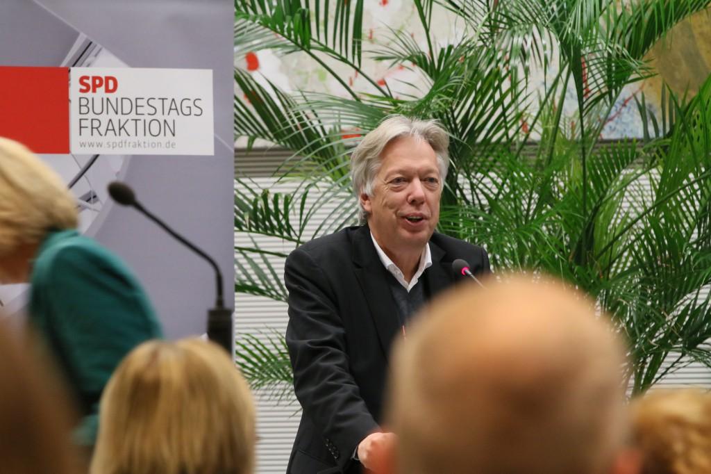 """Freut sich über die Umsetzung der Ausbildungsgarantie: SPD-MdB Dr. Ernst Dieter Rossmann, hier auf dem Kongress """"Rückenwind für die Berufliche Bildung"""" der SPD-Bundestagsfraktion."""