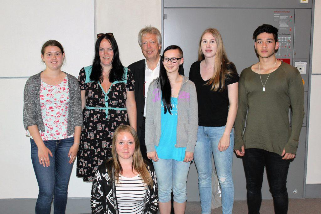 Atmeten drei Tage lang Hauptstadtluft und lernten die Bundespolitik kennen: Lehrerin Tanja Schütte und ihre Schüler.