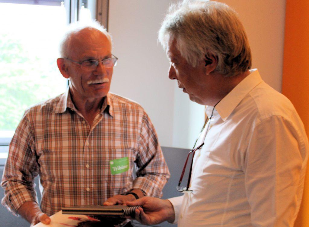 """Freute sich über Pralinen und ein Buchpräsent: """"Naturfreund"""" Klaus Warnecke war Rossmanns 1000ster Besucher aus dem Wahlkreis im Jahr 2016."""