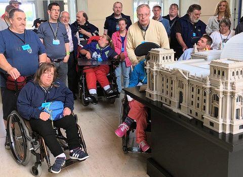Ein kleiner Bundestag im großen Bundestag: Das Tast-modell des Reichstagsgebäudes fand bei den Teilneh-mern des Vereins für Körper- und Mehrfachbehinderte beim Berlin-Besuch großen Anklang.