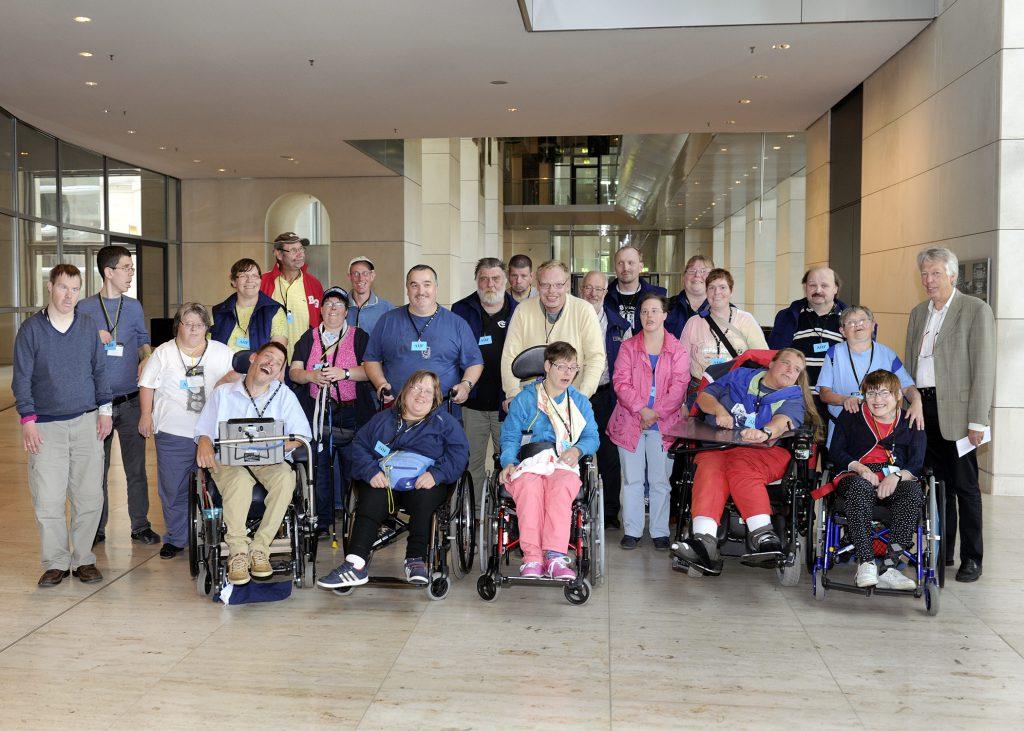 Freuten sich über ein barrierefreies Besuchserlebnis im Deutschen Bundestag und ein Gespräch mit MdB Ernst Dieter Rossmann: 25 Mitglieder des Vereins für Körper- und Mehrfachbehinderte aus dem Kreis Pinneberg.
