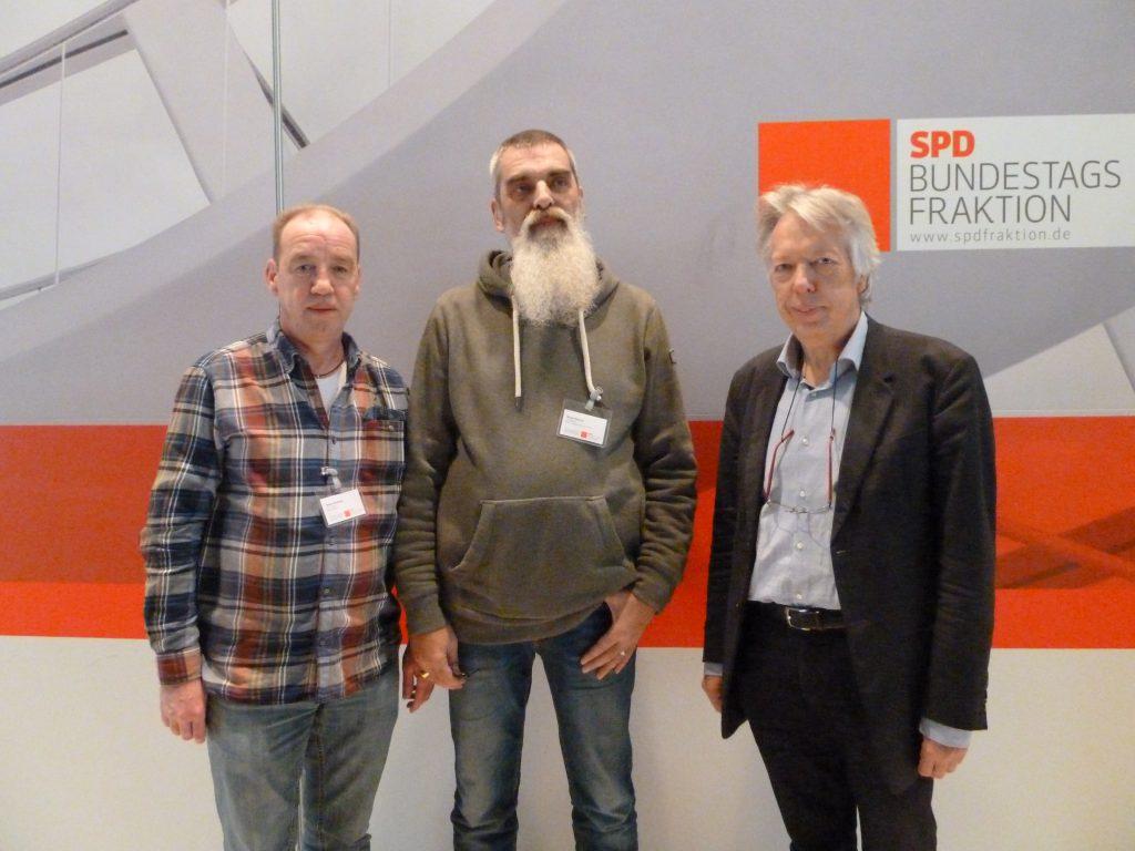 Thomas Kniesche und Walter Buuron aus Wedel, beide Betriebsräte bei Möller Wedel mit Dr. Ernst Dieter Rossmann, MdB (v.l.n.r)