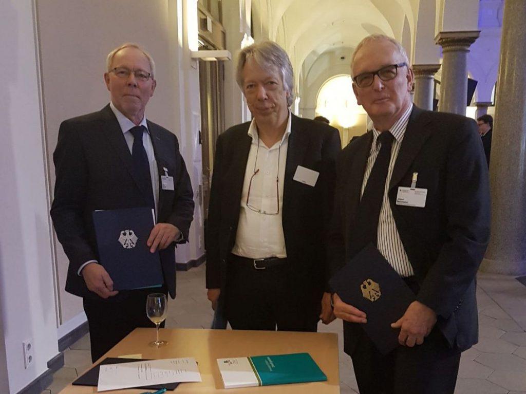 Foto: vlnr: Heinz Brandt (Amtsdirektor Rantzau), Ernst Dieter Rossmann (SPD-MdB), Jürgen T. Neumann (Zweckverband Breitband Marsch und Geest)