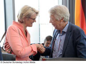 Erstes Treffen im Bildungsausschuss: Bundesbildungsministerin Anja Karliczek und Ausschussvorsitzender Ernst Dieter Rossmann. Foto: Deutscher Bundestag / Achim Melde.