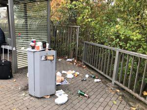 Montagmorgen: Mülleimer am Elmshorner Bahnhof. Den Müllbergen aus Einwegbechern hat SPD-MdB Rossmann jetzt den Kampf angesagt.