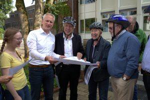 Erkundeten die Fahrradgemeinde Halstenbek: die SPD-Kreistagsfraktionsmitglieder Victoria Kuczka (l.) und Helmuth Jahnke (r.), Bürgermeister Claudius von Rüden (2.v.l.), SPD-Bundestagsabgeordneter Ernst Dieter Rossmann (3.v.l.) und Ortsfraktionsmitglied Hildegard Krüger.